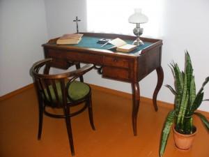 Dr. A.Biržiškos rašomasis stalas su krėslu